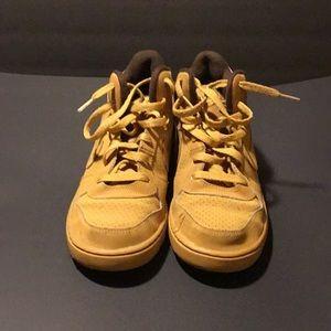 Tan Nike's